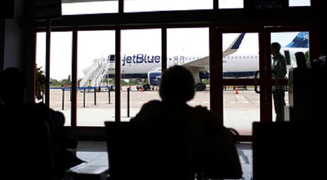 Пытавшегося задушить пилота пассажира самолета привязали к креслу