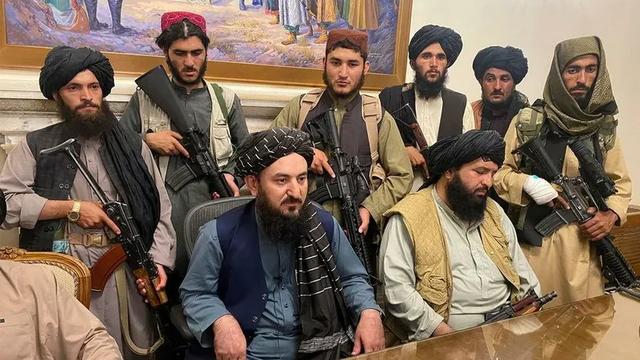Талибы запретили мужчинам стричь бороды: парикмахеры и барберы получают угрозы