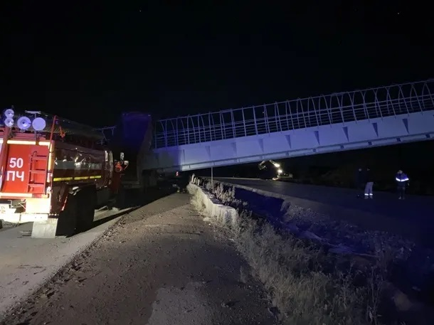 В России пешеходный мост рухнул на авто, есть погибшие