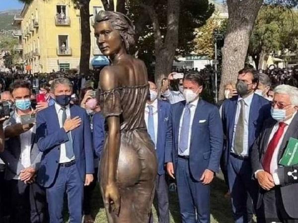 Почти голая женщина: экс-премьер Италии оказался замешан в сексистский скандал со статуей